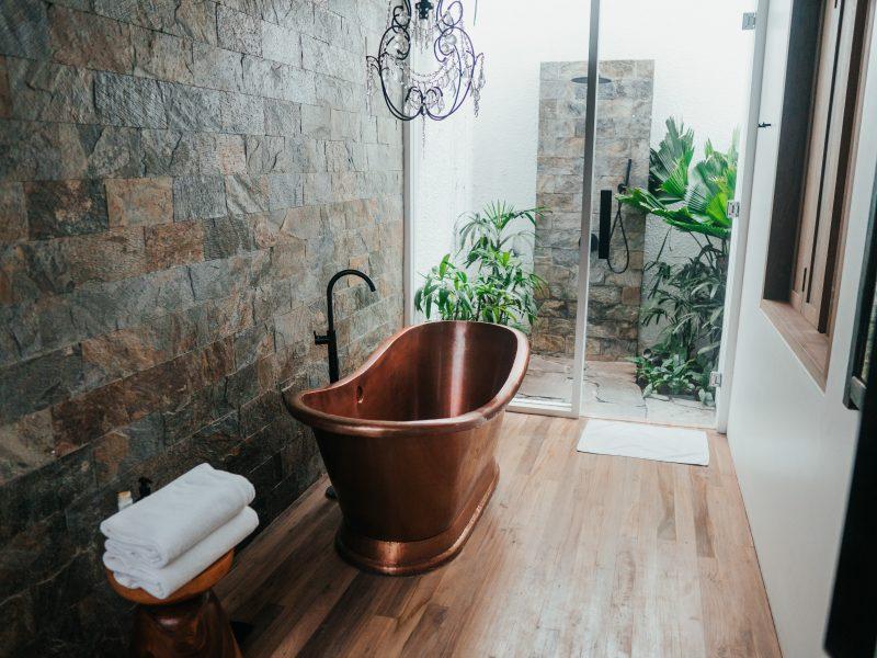 Le bois pour une salle de bain, l'élément indispensable
